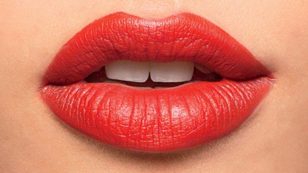 Labios rojos con volumen